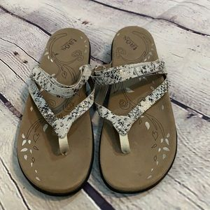Taos / soft support thong sandals size 10